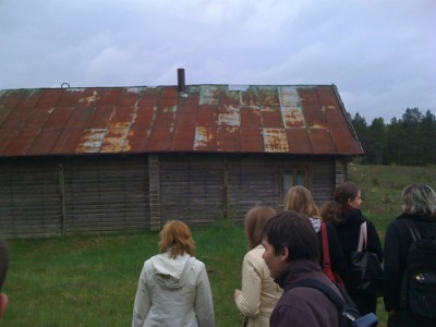 Kalanavičiaus namas iš kelio pusės (žmonės ant jo ir stovi). Blogai paėmiau, bet kairė namo pusė turi baigtis apie 1cm už nuotraukos.
